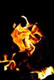 Κάψιμο πυρκαγιάς σε ένα μαύρο υπόβαθρο Σύσταση της πυρκαγιάς, φλόγα σε ένα σκοτεινό υπόβαθρο Καυτή φλόγα του κόκκινος-κίτρινου χρ Στοκ Φωτογραφία