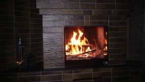 Κάψιμο πυρκαγιάς στην εστία το βράδυ στα Χριστούγεννα απόθεμα βίντεο