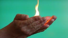 Κάψιμο πυρκαγιάς στο κλειδί χρώματος χεριών κοντά επάνω απόθεμα βίντεο