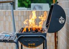 Κάψιμο πυρκαγιάς υψηλό σε μια σόμπα Υπαίθριο μαγείρεμα σχαρών σε ένα πικ-νίκ στο καλοκαίρι Στοκ εικόνες με δικαίωμα ελεύθερης χρήσης