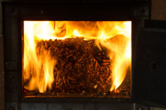 Κάψιμο στους σβόλους φούρνων από το πεύκο Στοκ Φωτογραφίες
