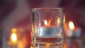 Κάψιμο του διακοσμητικού κεριού στο κηροπήγιο γυαλιού απόθεμα βίντεο