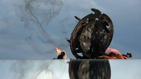 Κάψιμο του παλαιού αναλογικού ρολογιού στον καθρέφτη στο υπόβαθρο ουρανού απόθεμα βίντεο