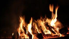 Κάψιμο φωτιών σε ένα σκοτεινό υπόβαθρο φιλμ μικρού μήκους