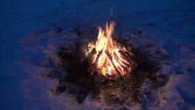 Κάψιμο φωτιών στο χιόνι απόθεμα βίντεο