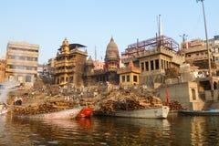 Κάψιμο Ghat στο Varanasi, Ινδία στοκ φωτογραφία με δικαίωμα ελεύθερης χρήσης
