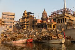 Κάψιμο Ghat στο Varanasi, Ινδία στοκ εικόνες