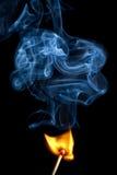Κάψιμο Lucifer/αντιστοιχιών με τον καπνό Στοκ Φωτογραφίες