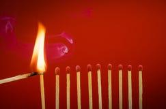 Κάψιμο matchsticks της θέτοντας πυρκαγιάς στους γείτονές του Στοκ Εικόνα