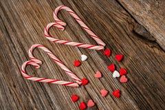 Κάλαμοι καραμελών, καρδιά, barnwood, υπόβαθρο Στοκ Εικόνες