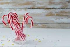 Κάλαμοι καραμελών στο γυαλί Στοκ φωτογραφία με δικαίωμα ελεύθερης χρήσης