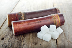 Κάλαμος ζάχαρης και ζάχαρη κύβων στον πίνακα Στοκ Φωτογραφίες