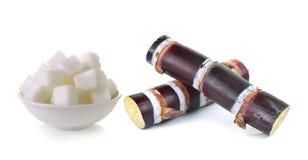 Κάλαμος ζάχαρης και κύβος ζάχαρης στο άσπρο υπόβαθρο Στοκ Εικόνα