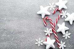 Κάλαμος καραμελών Ντεκόρ Χριστουγέννων με το γκρίζο υπόβαθρο στοκ εικόνα