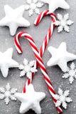 Κάλαμος καραμελών Ντεκόρ Χριστουγέννων με το γκρίζο υπόβαθρο στοκ εικόνα με δικαίωμα ελεύθερης χρήσης