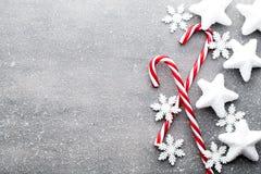 Κάλαμος καραμελών Ντεκόρ Χριστουγέννων με το γκρίζο υπόβαθρο στοκ εικόνες