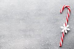 Κάλαμος καραμελών Ντεκόρ Χριστουγέννων με το γκρίζο υπόβαθρο στοκ φωτογραφία