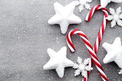 Κάλαμος καραμελών Ντεκόρ Χριστουγέννων με το γκρίζο υπόβαθρο στοκ εικόνες με δικαίωμα ελεύθερης χρήσης