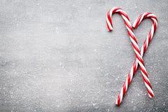 Κάλαμος καραμελών Ντεκόρ Χριστουγέννων με το γκρίζο υπόβαθρο στοκ φωτογραφία με δικαίωμα ελεύθερης χρήσης