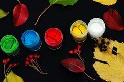 Κάδοι χρωμάτων Χρώμα στις τράπεζες, στο μαύρο υπόβαθρο Προετοιμασία για τη ζωγραφική των φύλλων φθινοπώρου στο μαύρο υπόβαθρο Κλά Στοκ εικόνες με δικαίωμα ελεύθερης χρήσης