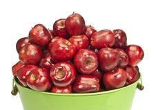Κάδος των δροσιά-καλυμμένων φρέσκων μήλων Στοκ εικόνα με δικαίωμα ελεύθερης χρήσης