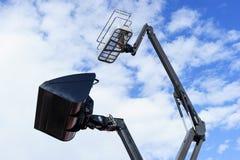 Κάδος φορτωτών και πλατφόρμα ανελκυστήρων Στοκ εικόνα με δικαίωμα ελεύθερης χρήσης