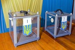 Κάλπη για των ψηφίζοντας ψηφοφόρων στις εθνικές πολιτικές εκλογές στην Ουκρανία Σταθμός ψηφοφορίας Στοκ Εικόνες