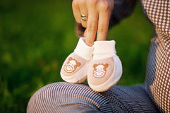 Κάλτσες εγκύων γυναικών και μωρών Στοκ φωτογραφία με δικαίωμα ελεύθερης χρήσης