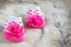 Κάλτσες μωρών στο δέρμα των ελαφιών Στοκ Φωτογραφίες