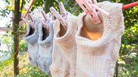 Κάλτσες στην κρεμάστρα με το υπόβαθρο φύσης Στοκ εικόνες με δικαίωμα ελεύθερης χρήσης