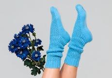 Κάλτσες των μπλε πλεκτές γυναικών Στοκ Εικόνες