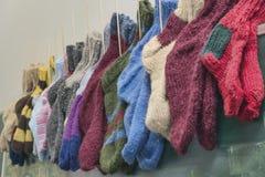 Κάλτσες Χριστουγέννων που κρεμούν στο σχολικό πίνακα Στοκ Εικόνες