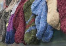 Κάλτσες Χριστουγέννων που κρεμούν στο σχολικό πίνακα Στοκ Φωτογραφίες