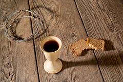 Κάλυκας και ψωμί στον ξύλινο πίνακα στοκ εικόνες με δικαίωμα ελεύθερης χρήσης