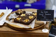 Κάλυμμα σοκολάτας Brownies με Macadamia και την καραμέλα στοκ φωτογραφία