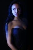 Κάλυψη βιβλίων για ένα μυθιστόρημα βαμπίρ - όμορφο brunette που φορά ένα μαύρο φόρεμα Στοκ Φωτογραφία