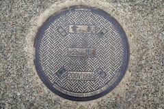 Κάλυψη καταπακτών χάλυβα ή υπόνομος μετάλλων στην οδό στην Ιαπωνία Στοκ Εικόνες