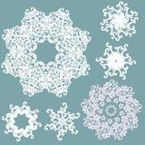 κάλυψη παγωμένη διανυσματικός χειμώνας προτύπων Καθορισμένα άσπρα snowflakes στο μπλε υπόβαθρο διάνυσμα Στοκ Εικόνες