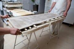 Κάλυψη των ακατέργαστων κομματιών της ζύμης ψωμιού Στοκ Εικόνα