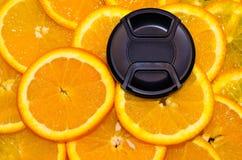 Κάλυψη φακών που βρίσκεται στα χαριτωμένα πορτοκάλια Στοκ εικόνες με δικαίωμα ελεύθερης χρήσης
