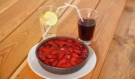 Κέικ άνοιξη με τη μαρμελάδα φραουλών και τις φρέσκες φράουλες Στοκ Φωτογραφίες