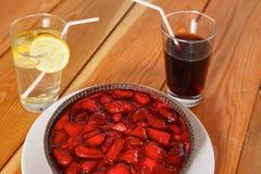 Κέικ άνοιξη με τη μαρμελάδα φραουλών και τις φρέσκες φράουλες Στοκ εικόνα με δικαίωμα ελεύθερης χρήσης