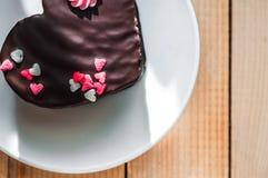 Κέικ αγάπης στο πιάτο Στοκ Εικόνες