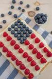 Κέικ ΑΜΕΡΙΚΑΝΙΚΩΝ σημαιών, πατριωτικός 4ος του επιδορπίου Ιουλίου σε έναν πίνακα στοκ εικόνα με δικαίωμα ελεύθερης χρήσης