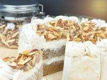 Κέικ αμυγδάλων καφέ στον ξύλινο πίνακα, εκλεκτική εστίαση Στοκ Εικόνες