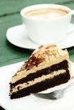 Κέικ αμυγδάλων Mocha και καυτός καφές Στοκ Εικόνες