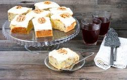 Κέικ ανανά και ξύλων καρυδιάς στοκ φωτογραφία με δικαίωμα ελεύθερης χρήσης
