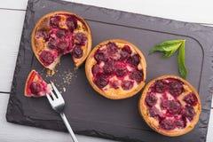 Κέικ αρτοποιείων με το κεράσι Στοκ Εικόνες