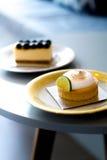 Κέικ βακκινίων και κέικ λεμονιών σε ένα εκλεκτής ποιότητας πιάτο Στοκ φωτογραφίες με δικαίωμα ελεύθερης χρήσης