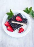 Κέικ βαφλών σοκολάτας και strawberrys στο άσπρο πιάτο, κορυφή VI Στοκ φωτογραφία με δικαίωμα ελεύθερης χρήσης